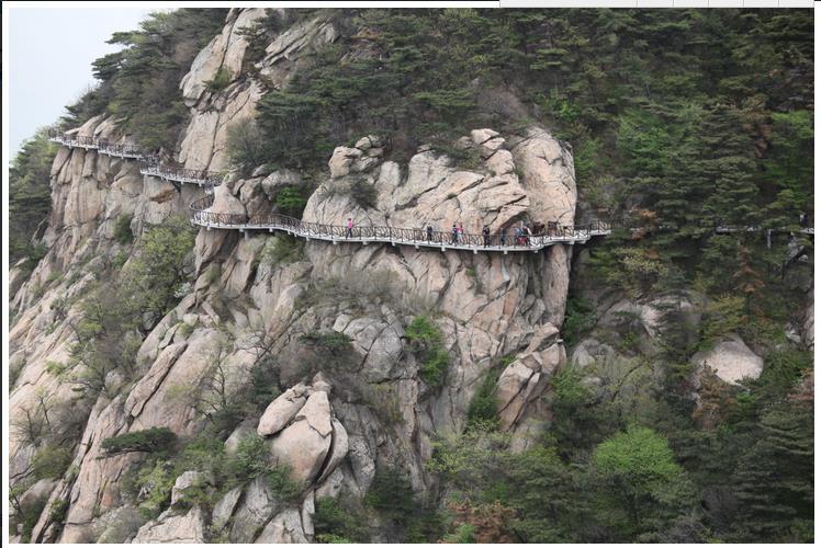 4月23日,游客在山东省临沂市蒙山龟蒙景区悬崖栈道行走.